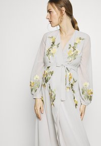 Hope & Ivy Maternity - MIDAXI EMBROIDERED WRAP DRESS - Iltapuku - grey - 4