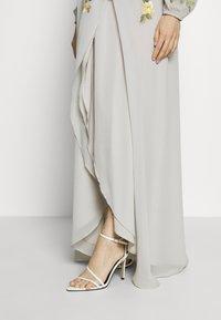 Hope & Ivy Maternity - MIDAXI EMBROIDERED WRAP DRESS - Iltapuku - grey - 5