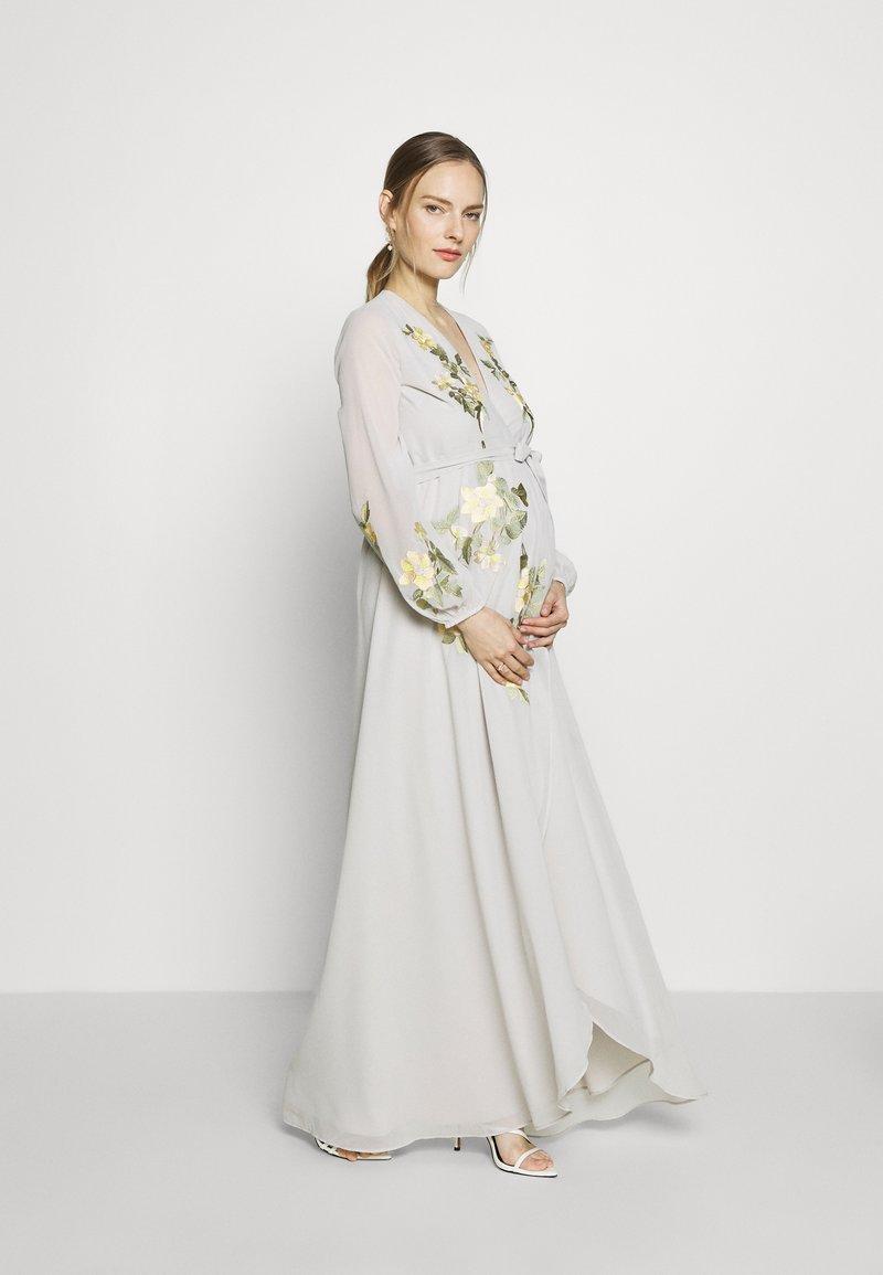 Hope & Ivy Maternity - MIDAXI EMBROIDERED WRAP DRESS - Iltapuku - grey