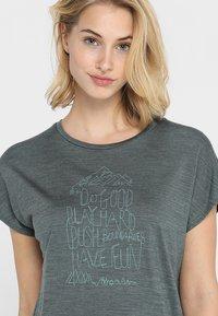 Houdini - ACTIVIST MESSAGE TEE - T-shirt imprimé - deeper green/dogood - 4