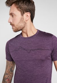 Houdini - ACTIVIST MESSAGE TEE - Print T-shirt - pumped up purple - 4