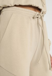 Honey Punch - HIGH WAISTED FLARED PANTS - Tracksuit bottoms - beige - 3