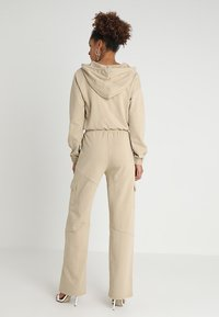 Honey Punch - HIGH WAISTED FLARED PANTS - Tracksuit bottoms - beige - 2