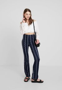 Honey Punch - PATTERN ELASTIC WAIST PANTS - Bukse - navy - 2
