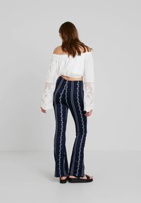 Honey Punch - PATTERN ELASTIC WAIST PANTS - Bukse - navy - 3