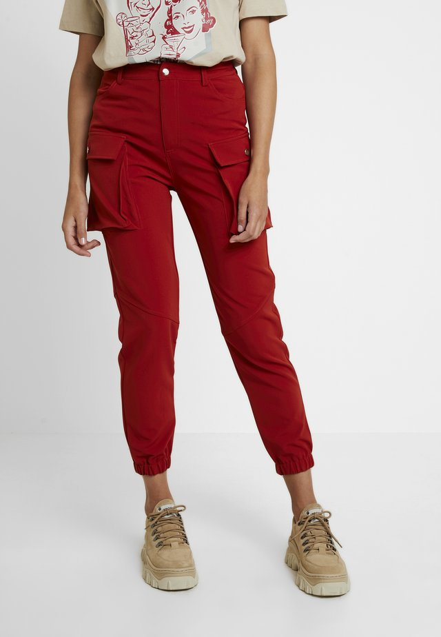 CARGO TROUSERS - Stoffhose - rust