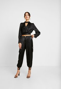 Honey Punch - PANTS WITH CARGO POCKET DETAIL - Trousers - black - 1