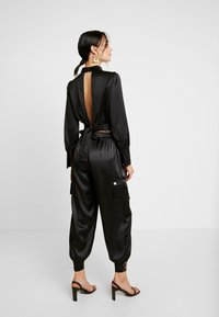 Honey Punch - PANTS WITH CARGO POCKET DETAIL - Trousers - black - 2