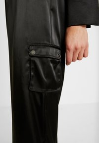 Honey Punch - PANTS WITH CARGO POCKET DETAIL - Trousers - black - 4