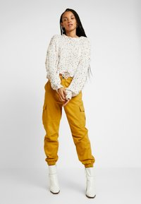 Honey Punch - JOGGER PANTS WITH - Bukse - mustard - 2
