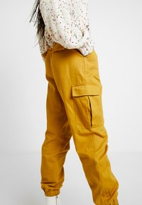 Honey Punch - JOGGER PANTS WITH - Bukse - mustard - 4