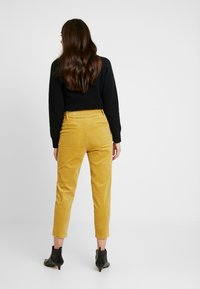 Honey Punch - CROPPED PANT WITH SELF BELT DETAIL - Bukser - mustard - 3