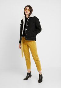 Honey Punch - CROPPED PANT WITH SELF BELT DETAIL - Bukser - mustard - 2