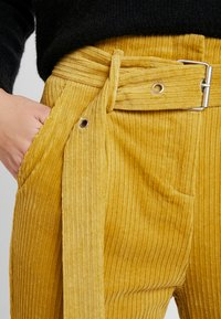 Honey Punch - CROPPED PANT WITH SELF BELT DETAIL - Bukser - mustard - 6