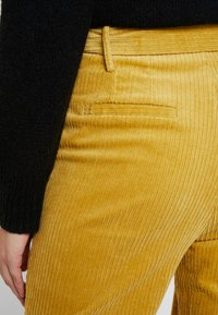 Honey Punch - CROPPED PANT WITH SELF BELT DETAIL - Bukser - mustard - 4
