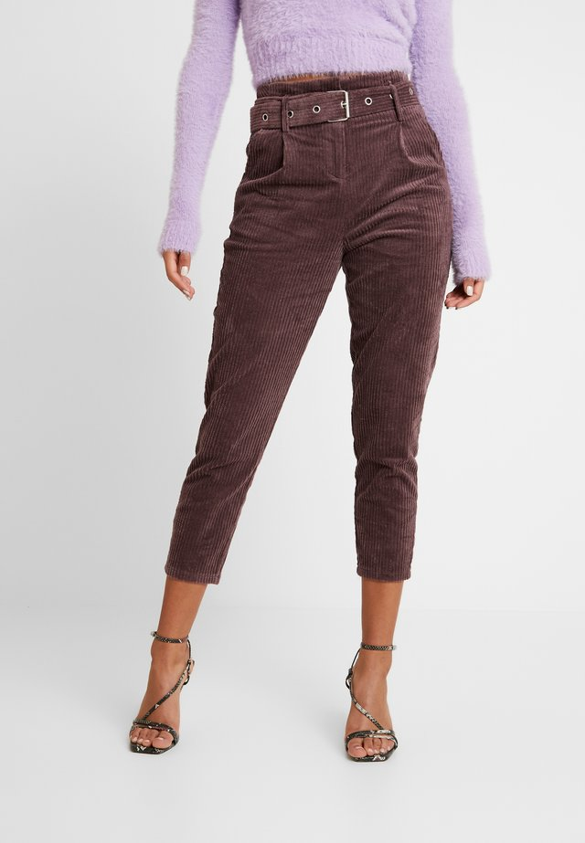 CROPPED PANT WITH SELF BELT DETAIL - Spodnie materiałowe - deep plum