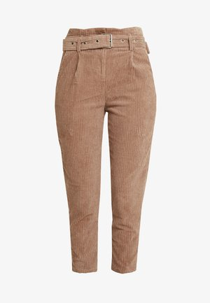 CROPPED PANT WITH SELF BELT DETAIL - Kalhoty - chestnut