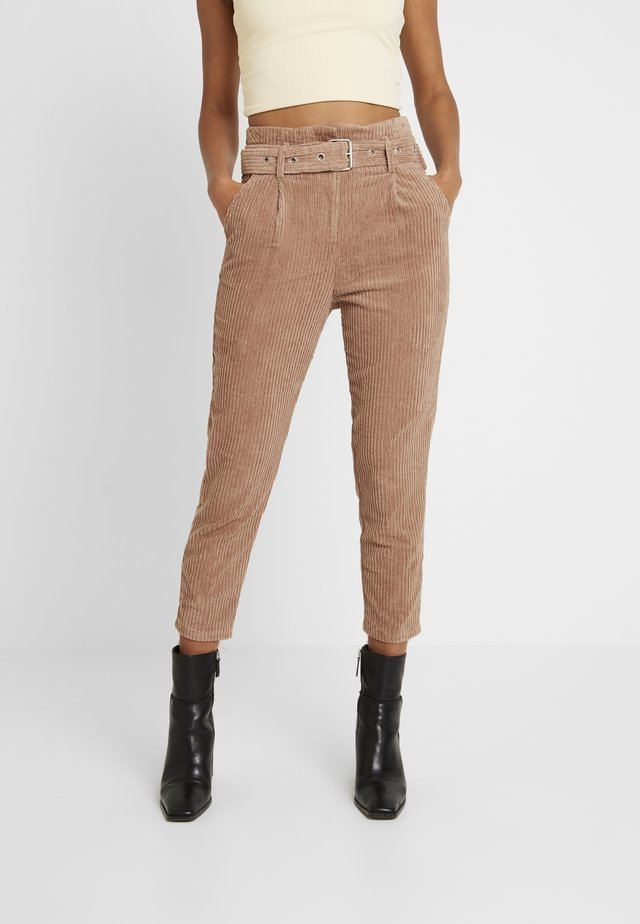 CROPPED PANT WITH SELF BELT DETAIL - Pantalones - chestnut