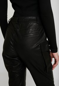 Honey Punch - JOGGER PANTS WITH CARGO POCKET DETAIL - Trousers - black - 6