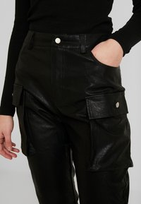 Honey Punch - JOGGER PANTS WITH CARGO POCKET DETAIL - Trousers - black - 4