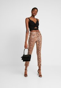 Honey Punch - PANT WITH ZIPPER POCKET AND SLIT FRONT DETAIL - Spodnie materiałowe - tan - 1