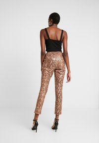 Honey Punch - PANT WITH ZIPPER POCKET AND SLIT FRONT DETAIL - Spodnie materiałowe - tan - 2