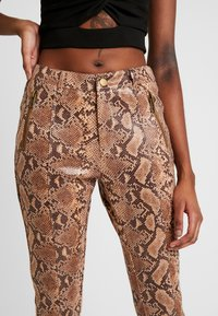 Honey Punch - PANT WITH ZIPPER POCKET AND SLIT FRONT DETAIL - Spodnie materiałowe - tan - 3