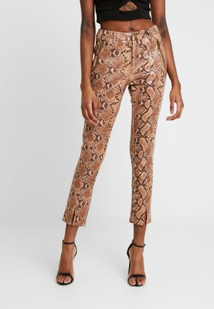 PANT WITH ZIPPER POCKET AND SLIT FRONT DETAIL - Tygbyxor - tan