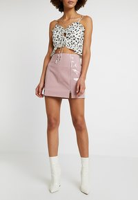 Honey Punch - HIGH WAISTED PATENT SKIRT WITH SLITS - Minisukně - lavender - 0