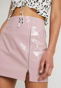 Honey Punch - HIGH WAISTED PATENT SKIRT WITH SLITS - Minisukně - lavender - 5