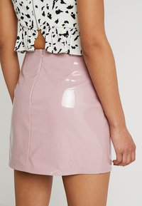 Honey Punch - HIGH WAISTED PATENT SKIRT WITH SLITS - Minisukně - lavender - 3
