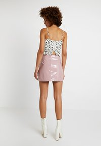 Honey Punch - HIGH WAISTED PATENT SKIRT WITH SLITS - Minisukně - lavender - 2