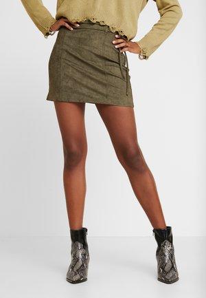 HIGH WAISTED MINI WITH WAIST BELT DETAIL - Minifalda - olive