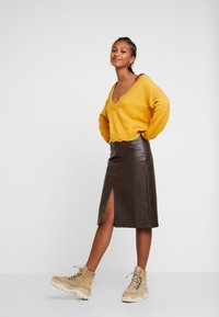 Honey Punch - FRONT SLIT PENCIL SKIRT - Pencil skirt - chocolate - 1