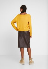 Honey Punch - FRONT SLIT PENCIL SKIRT - Pencil skirt - chocolate - 2