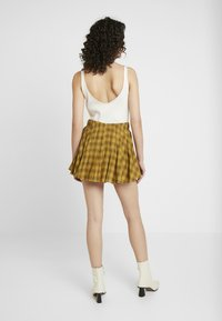 Honey Punch - MINI SKIRT IN PLAID WITH FAUX BUCKLE DETAIL - Falda plisada - yellow - 2