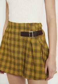 Honey Punch - MINI SKIRT IN PLAID WITH FAUX BUCKLE DETAIL - Falda plisada - yellow - 4