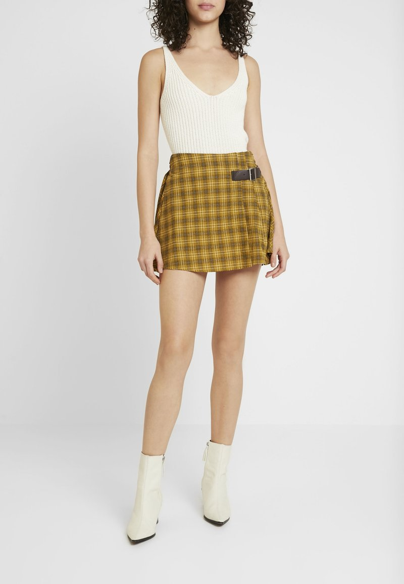 Honey Punch - MINI SKIRT IN PLAID WITH FAUX BUCKLE DETAIL - Falda plisada - yellow