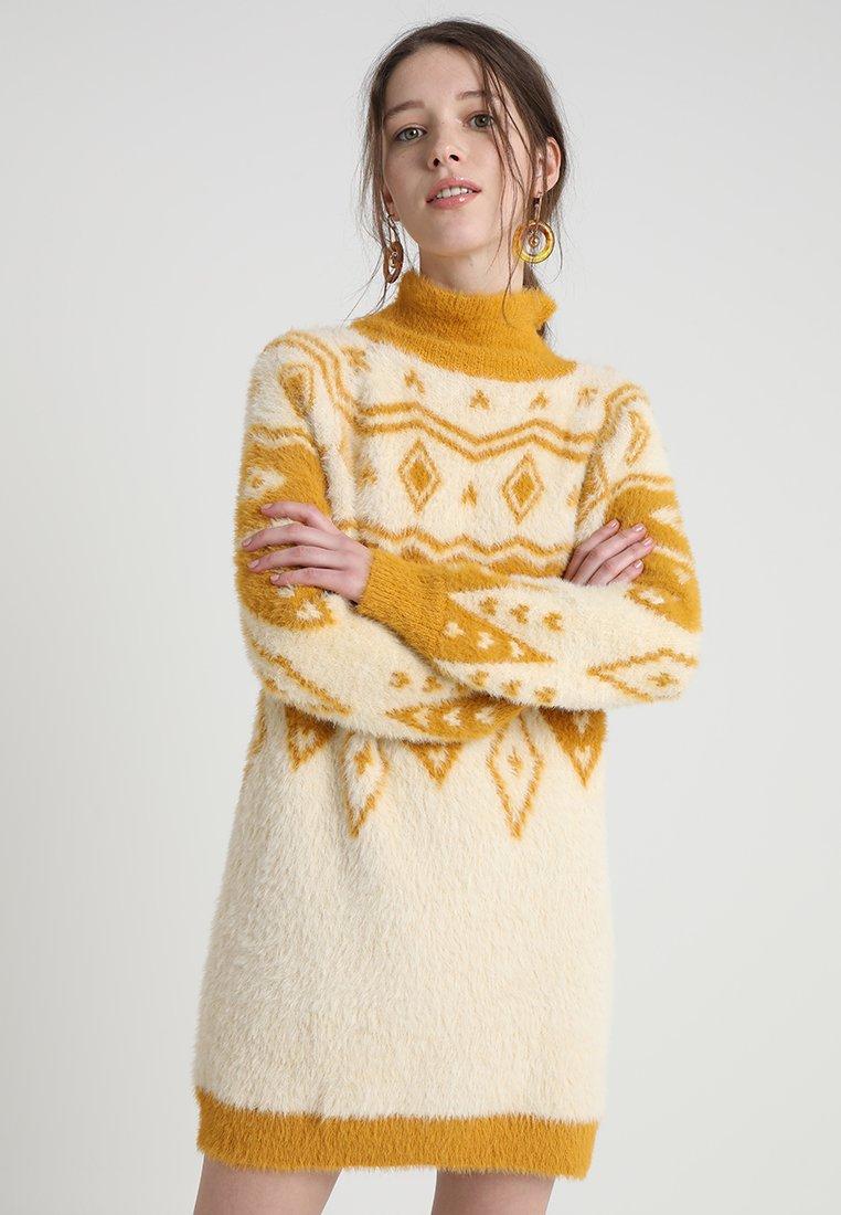 Honey Punch - INTARSIA DRESS - Strickkleid - mustard