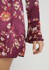Honey Punch - FLORAL FLUTE SLEEVE DRESS - Vestito estivo - plum
