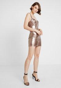 Honey Punch - METALLIC BODYCON DRESS WITH FRONT ZIPPER - Koktejlové šaty/ šaty na párty - bronze - 1