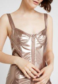 Honey Punch - METALLIC BODYCON DRESS WITH FRONT ZIPPER - Koktejlové šaty/ šaty na párty - bronze - 5