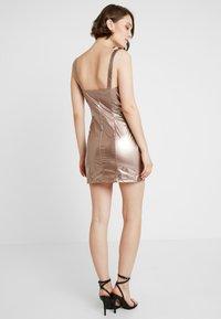 Honey Punch - METALLIC BODYCON DRESS WITH FRONT ZIPPER - Koktejlové šaty/ šaty na párty - bronze - 2