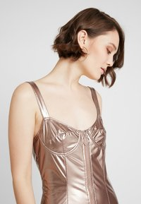 Honey Punch - METALLIC BODYCON DRESS WITH FRONT ZIPPER - Koktejlové šaty/ šaty na párty - bronze - 3
