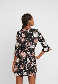 Honey Punch - PRINTED BIAS NECK DRESS - Robe d'été - black