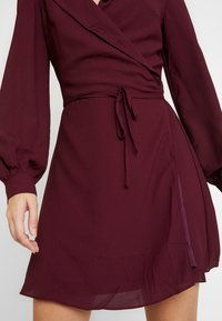 Honey Punch - LONG SLEEVE WRAP FRONT DRESS - Robe d'été - burgundy - 4