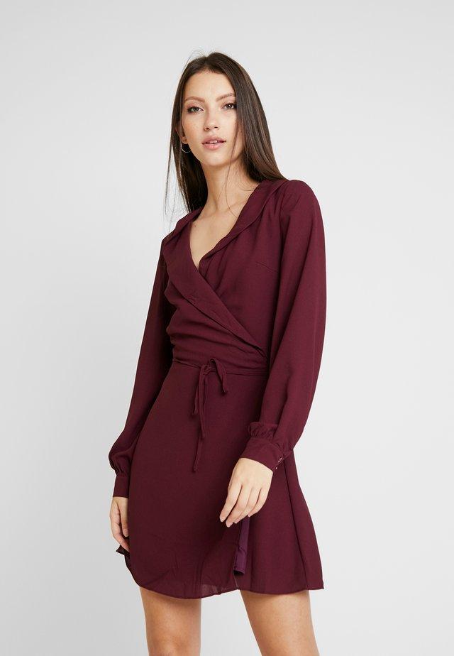 LONG SLEEVE WRAP FRONT DRESS - Freizeitkleid - burgundy
