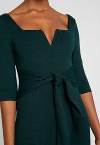Honey Punch - 3/4 DRESS - Fodralklänning - green - 5