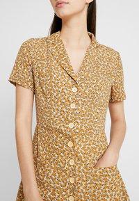 Honey Punch - PRINTED SKATER DRESS - Skjortekjole - yellow - 4