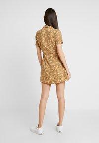Honey Punch - PRINTED SKATER DRESS - Skjortekjole - yellow - 2